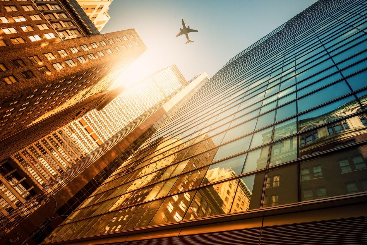 ein Blick vom Boden auf prächtige Wolkenkratzer in Manhattan
