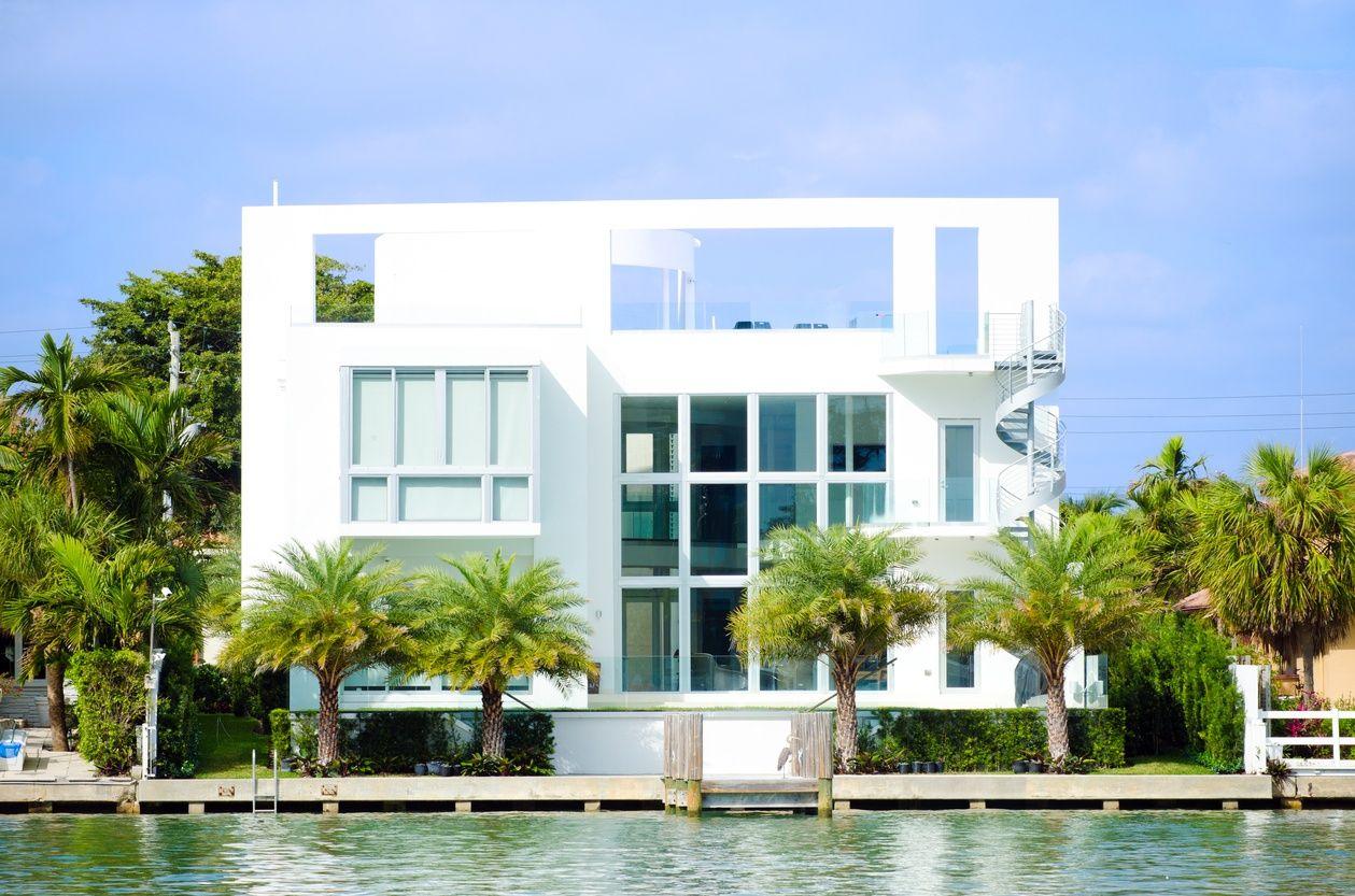 ein wunderschönes und modernes weißes Herrenhaus in Miami direkt am Wasser