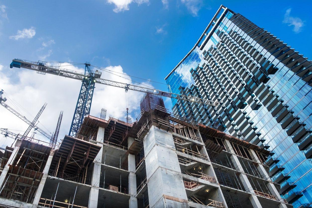 bild einer vorkonstruierten Eigentumswohnung in Miami mit blauem Himmel im Hintergrund