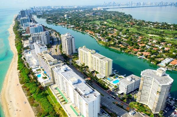 eine Luftaufnahme des Strandes und der Wolkenkratzer in Miami Beach