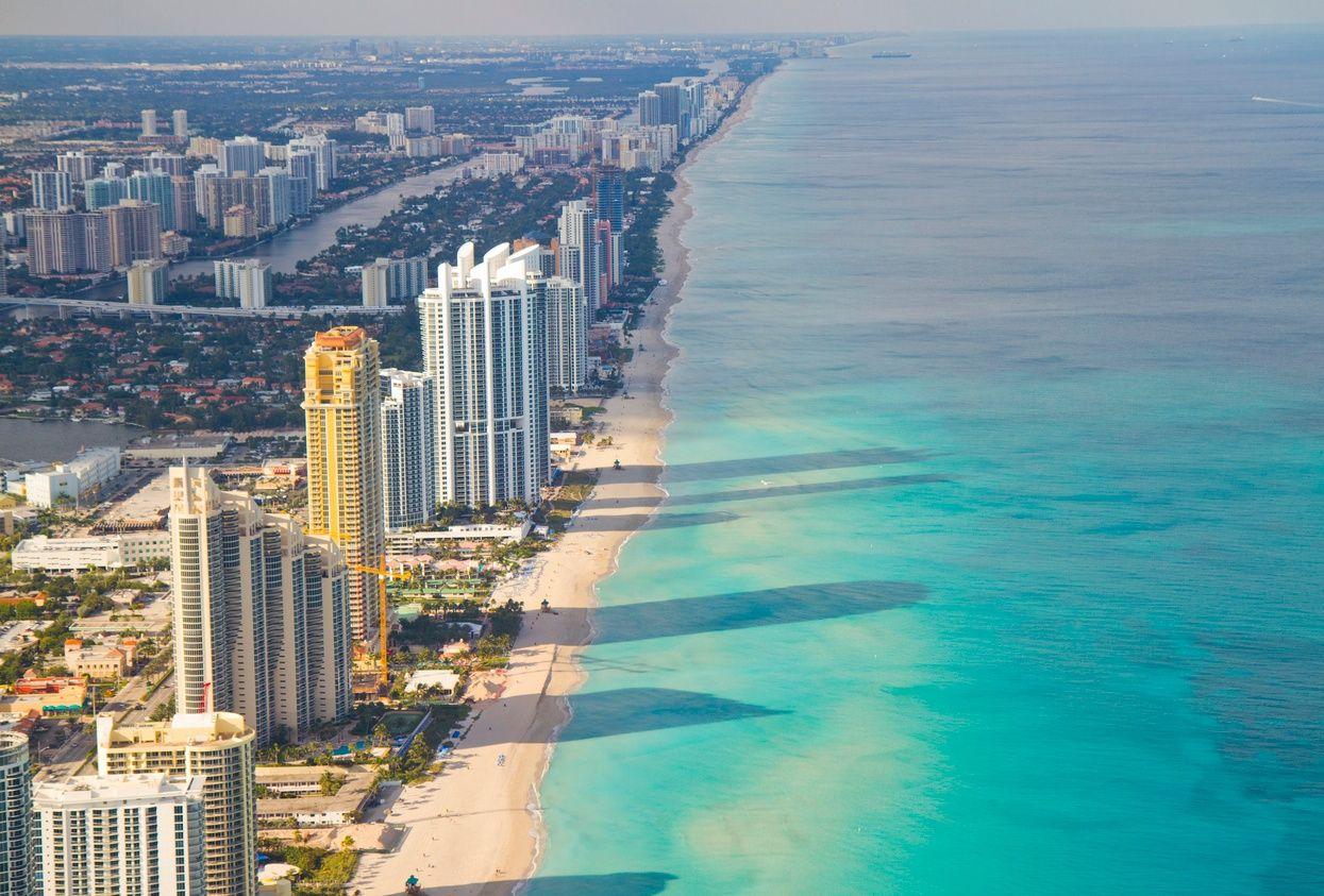 eine Draufsicht auf die Hochhäuser von Eigentumswohnungen entlang Miami Beach